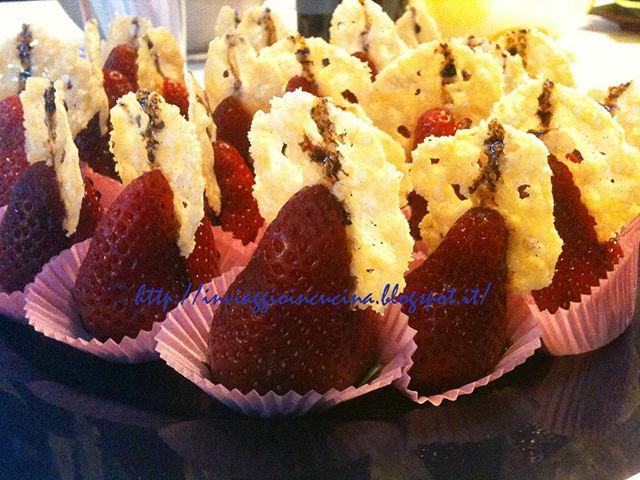 fragole con cialde di grana e aceto balsamico