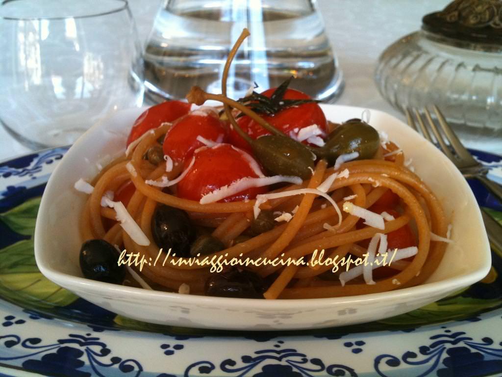 spaghetti con pomodori di pachino, capperi e olive