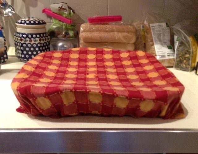 Teglia coperta con panno umido