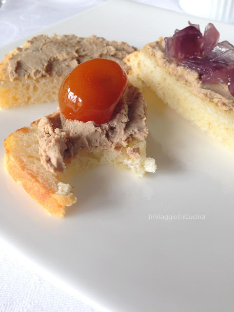 Tartine con patè e cipolla caramellata