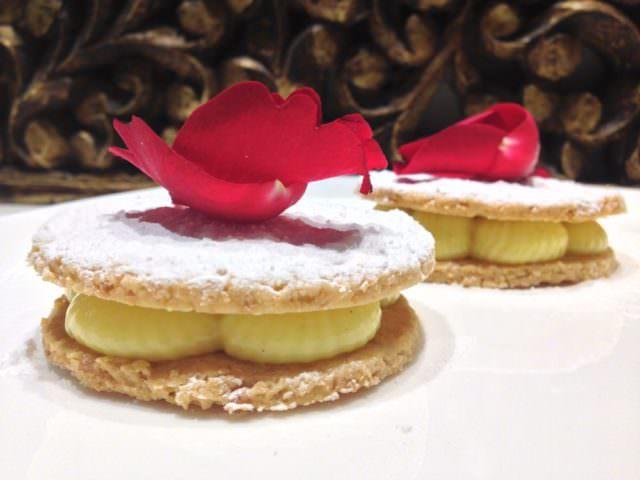 Cialde alle mandorle con crema e petali di rosa