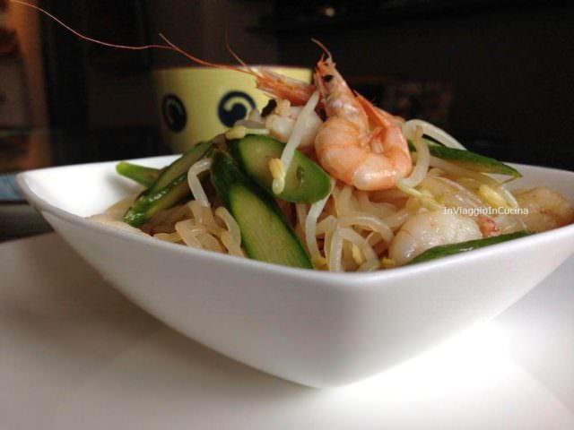 Noodles di konjak con asparagi e gamberi
