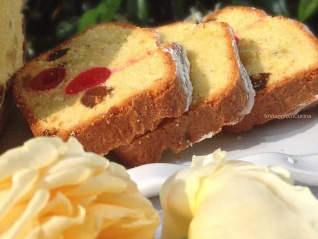 Fette di plumcake alla frutta, zenzero e rum