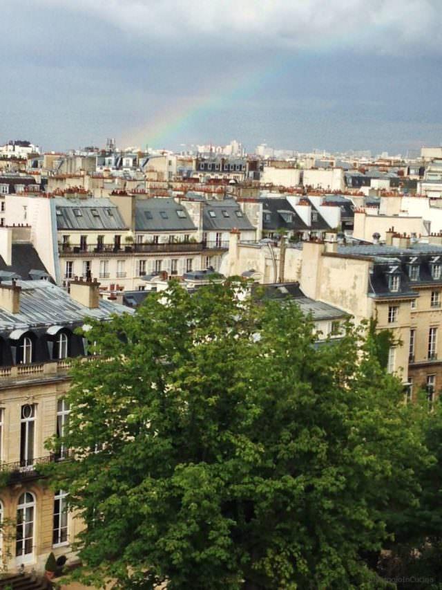 Vista dei tetti di Parigi con arcobaleno