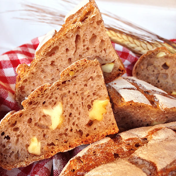Fette di pane casereccio con nocciole e caldarroste