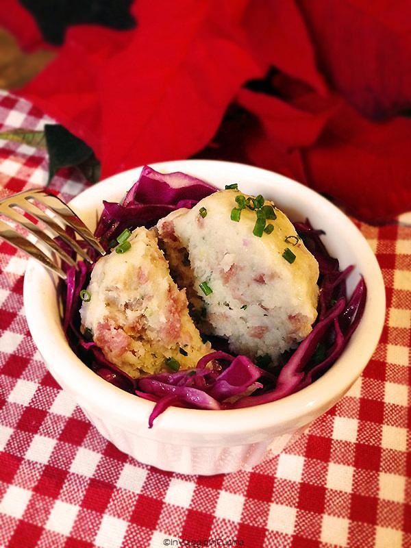 Canederlo con briciole di cotechino e insalata di cavolo rosso