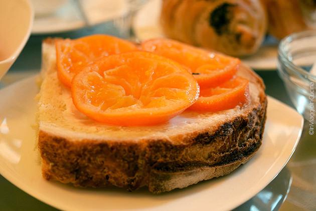 Fetta di pane con burro e clementine
