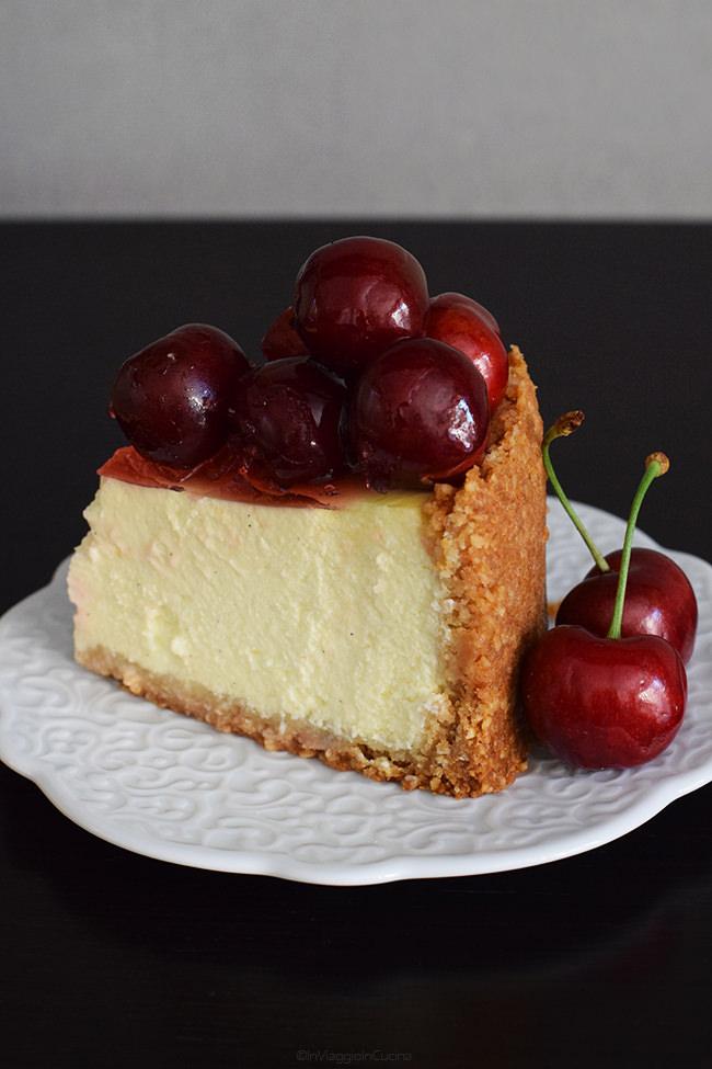 Fetta di cheesecake alle ciliegie