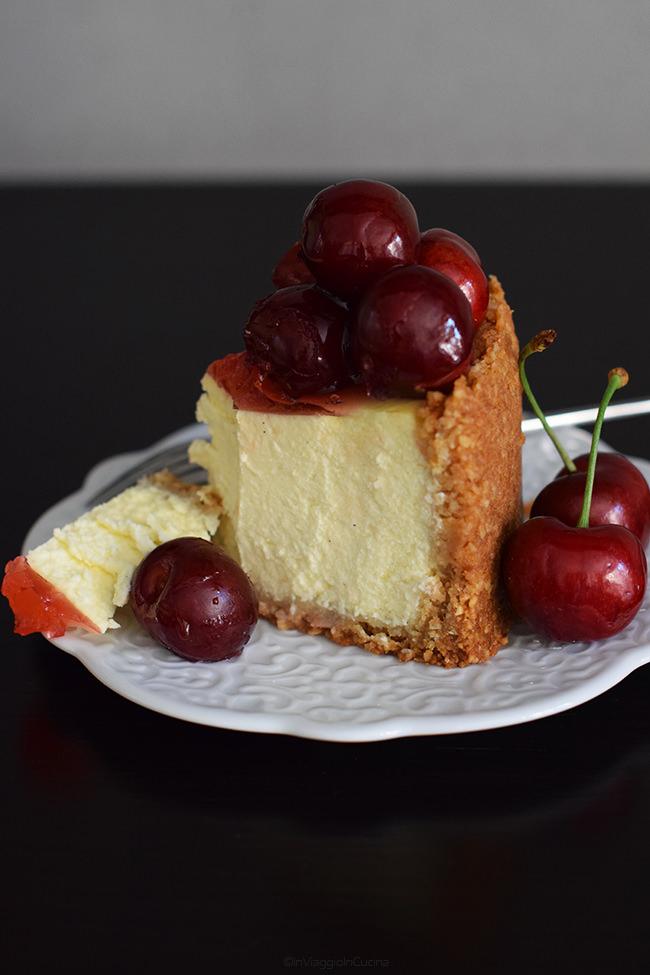 Fetta di cheesecake con frutti rossi