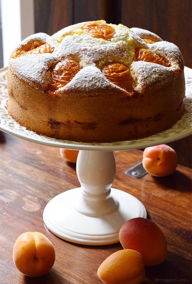 Torta di albicocche su alzatina