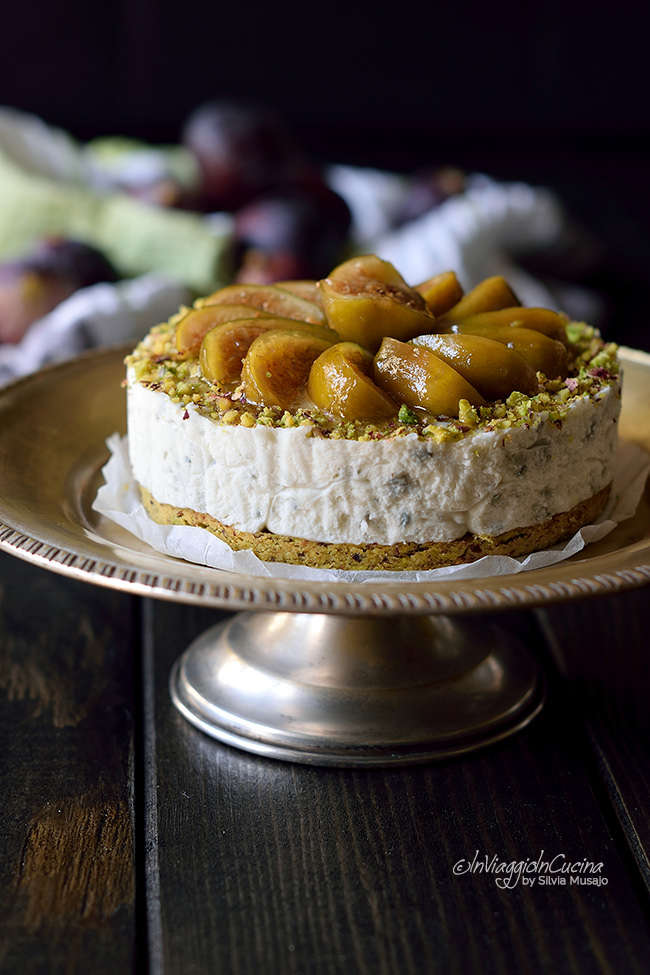 Cheesecake salata al pistacchio con fichi caramellati su alzatina