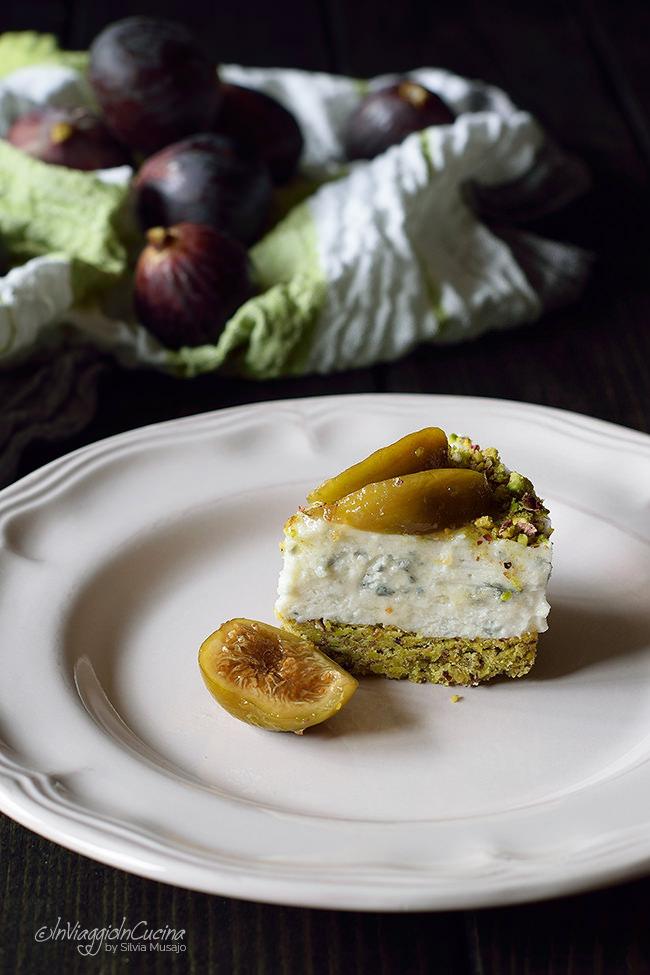 Fetta di cheesecake salata al pistacchio con fichi caramellati