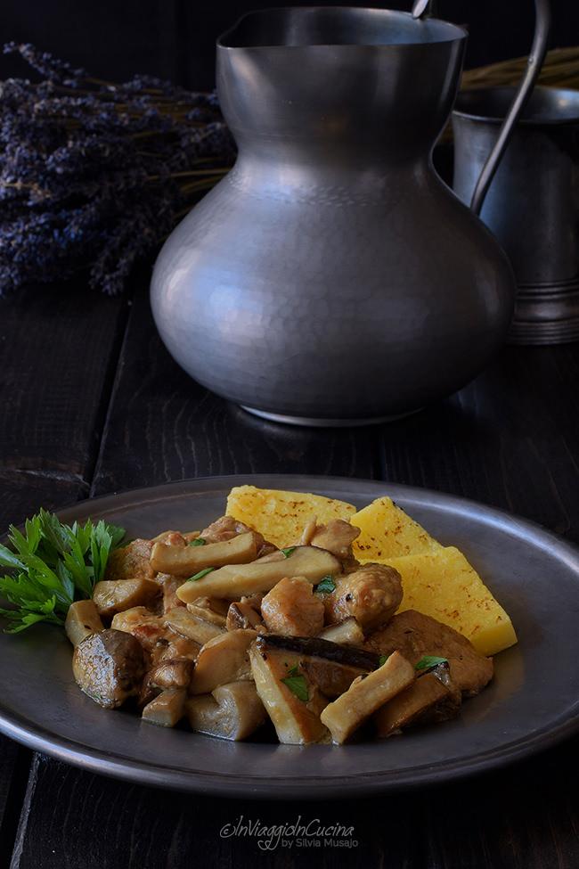 Spezzatino con funghi porcini nel piatto con polenta e prezzemolo