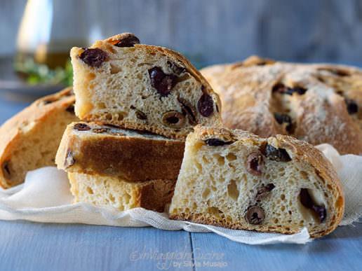 Pane di grano duro con olive e timo