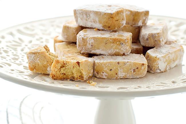 Biscotti con le mandorle su alzatina bianca