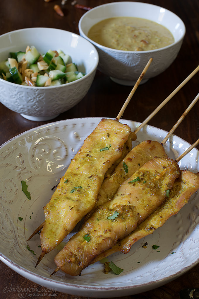 Pollo satay con salsa di noccioline