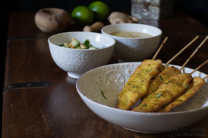 Spiedini di pollo satay con relish al cetriolo