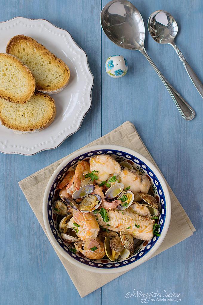 zuppa di pesce con pane abbrustolito