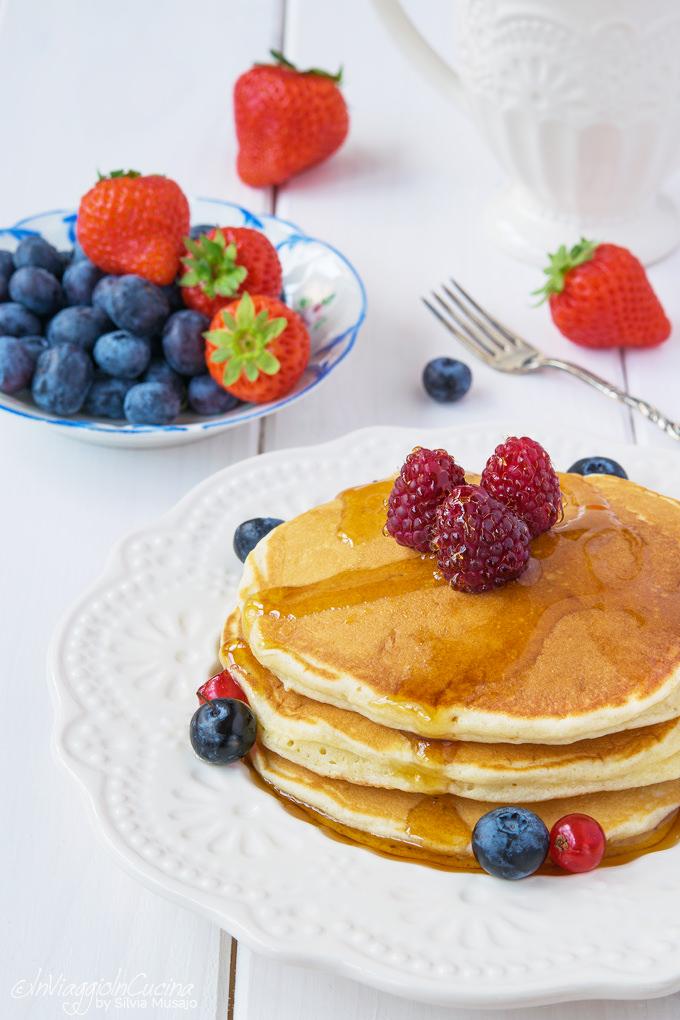 Pancakes con impasto allo yogurt e frutti di bosco