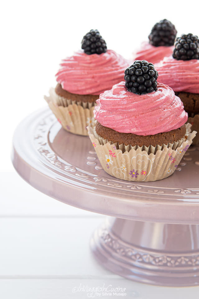 blackberry and chocolate cupcakes