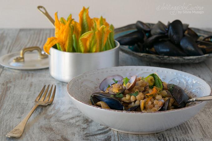 Fregola con frutti di mare e fiori di zucca
