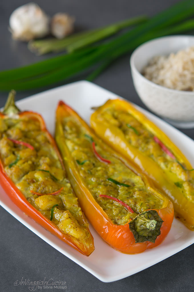 Peperoni ripieni di curry di pesce con riso