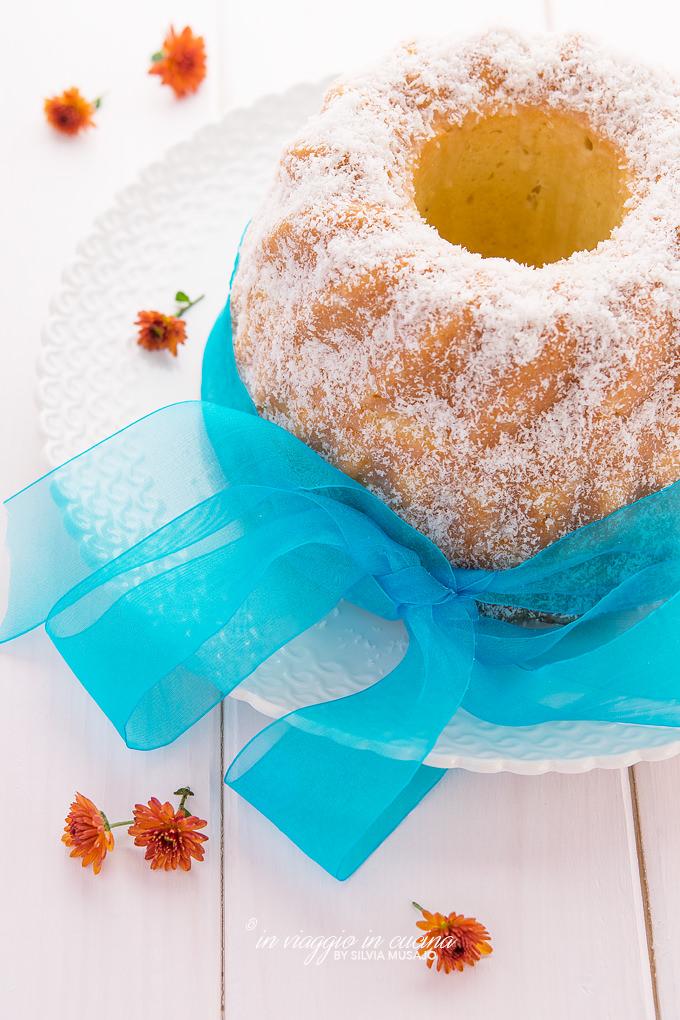 bundt cake al cocco e arancia con fiori e nastro