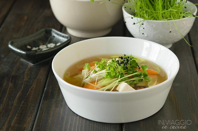 Zuppa di miso con funghi shiitake e micro ortaggi