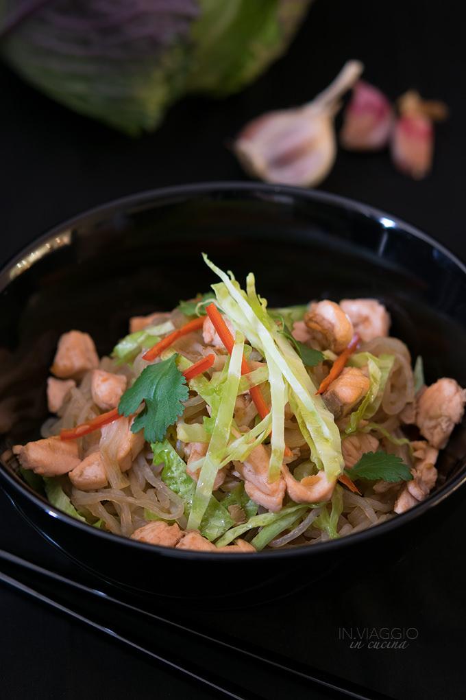 Spaghetti di konjak con salmone, verza e peperoncino