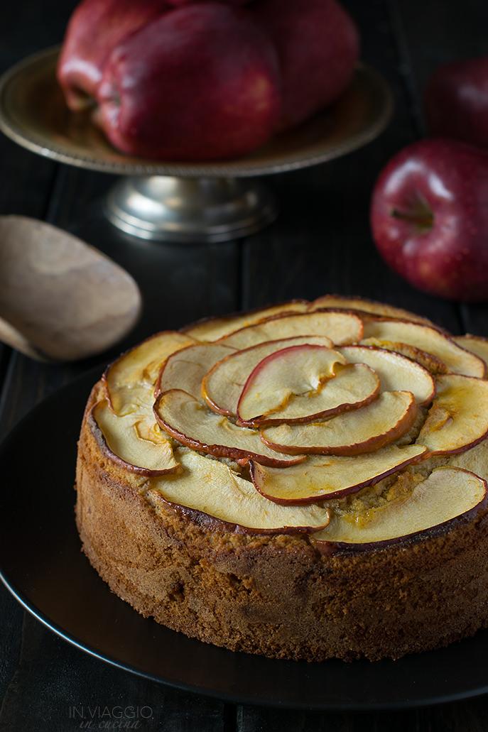 Torta di mele e mandorle con farina di grano saraceno su piatto nero