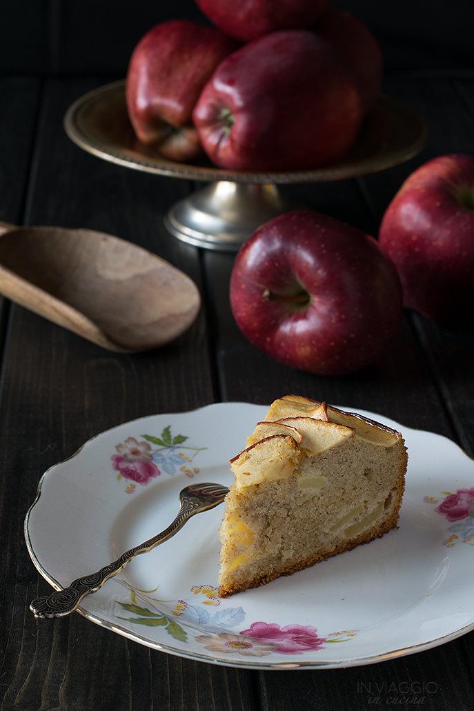 Fetta di torta di grano saraceno con mandorle e mele
