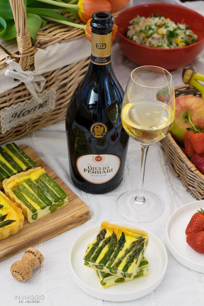 Quiche con asparagi e bottiglia di vino
