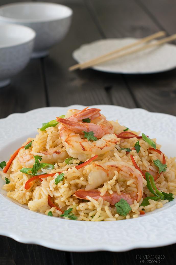 Piatto di riso saltato con gamberi e lemongrass