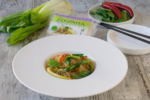 Shirataki con verdure croccanti e acciughe