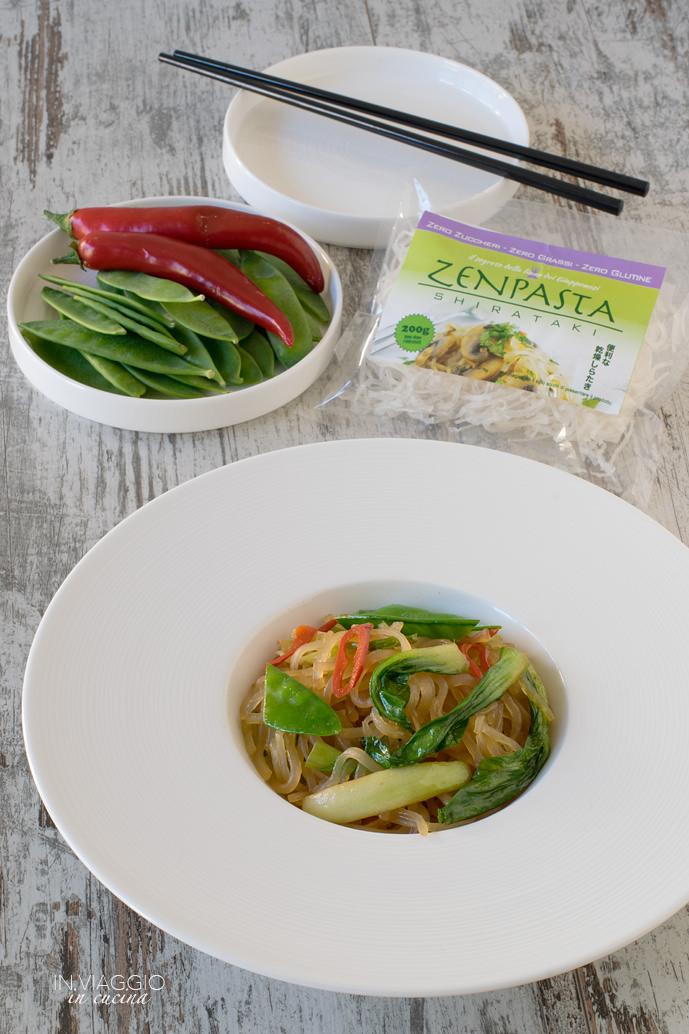 Piatto di shirataki con acciughe e verdure croccanti