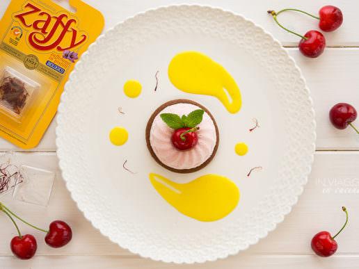 Mousse di ciliegie su biscotto sablé al cacao e salsa allo zafferano
