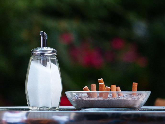 Mozziconi di sigarette nel peortacenere