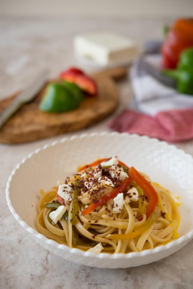 Linguine con peperoni in due consistenze, feta e polvere di olive