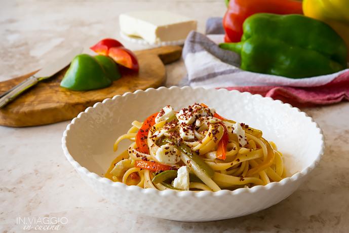 Pasta con peperoni in due consistenze, feta e polvere di olive