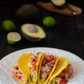 tacos con pollo, avocado e pico de gallo