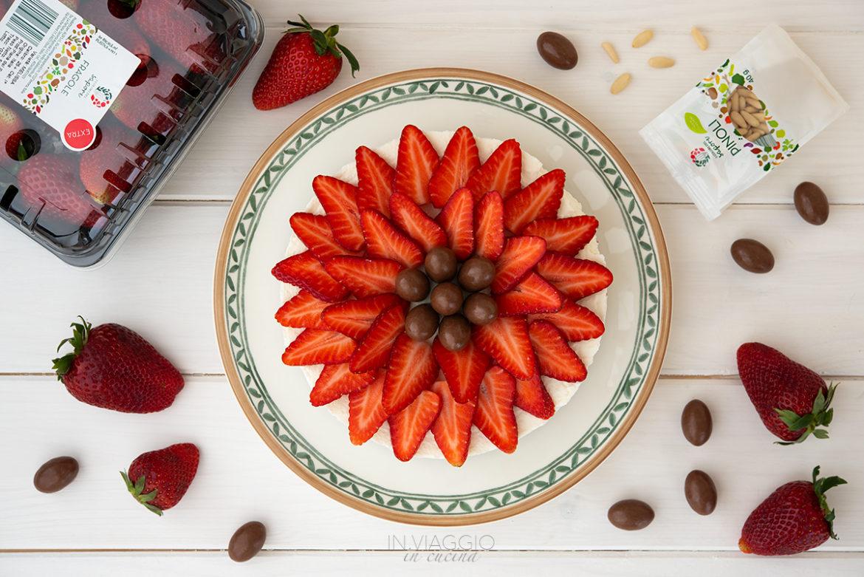 Cheesecake di ricotta, fragole e cioccolato senza cottura