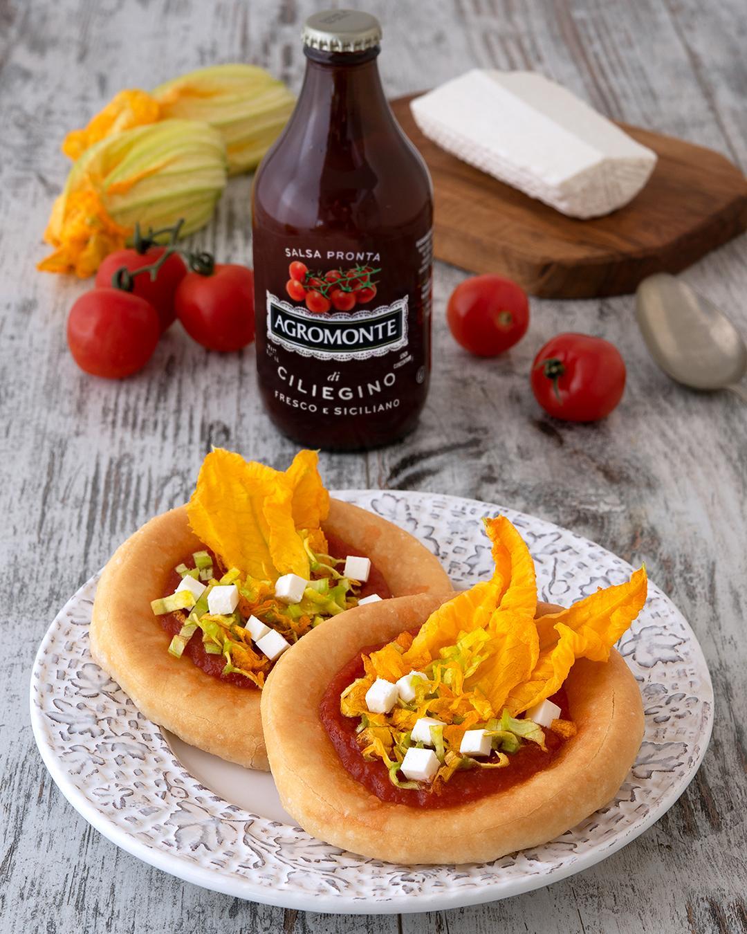 pizzette fritte con fiori di zucca e salsa pronta di pomodoro ciliegino Agromonte
