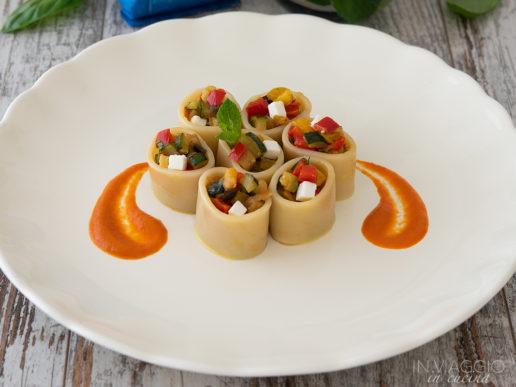 Pasta fredda ripiena di ratatouille e feta con salsa di peperone rosso